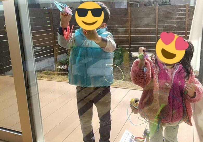 キットパスで窓にお絵かきをしている写真