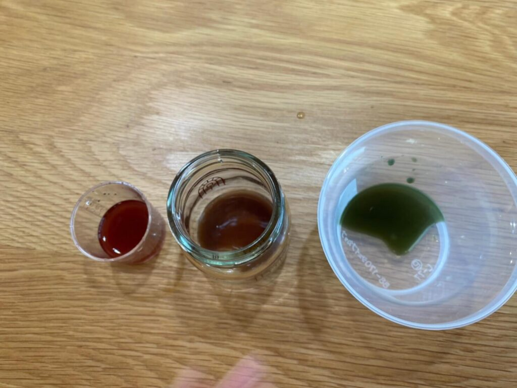 カラスノエンドウの色水に重曹・酢を入れた写真