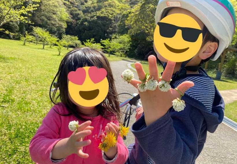 たくさん花の指輪をつけた子達の写真