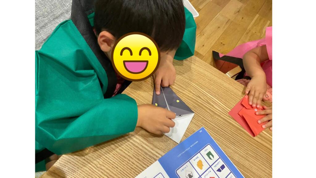 ペーパービンゴをしている子どもの写真