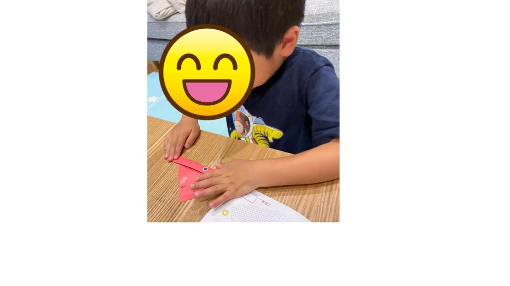 ペーパークエストを折る息子の写真