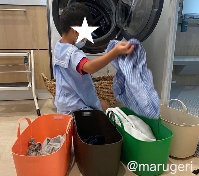 洗濯物を仕分ける息子の写真